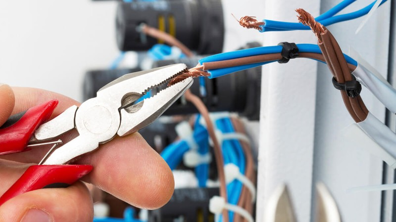 Top 4 Things to Look For When Choosing an Electrician